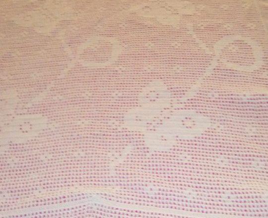 Copertina neonato filet uncinetto con volo di farfalle autrice Fan su Facebook Maria Rosaria Notari (2)